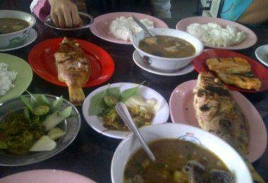 Coto Makassar dan ikan bakar, tidak pernah hilang di meja makan masyarakat Bugis-Makassar (foto Nur Terbit)