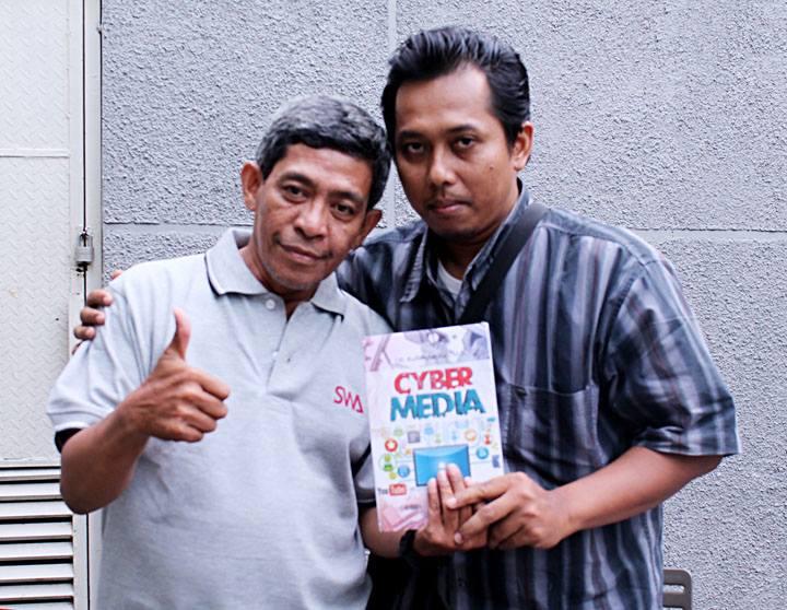 "Saya bersama Kang Arul dan buku ""Cyber Media"", salah satu dari ratusan judul buku karangannya. (foto: Dian Kelana)"