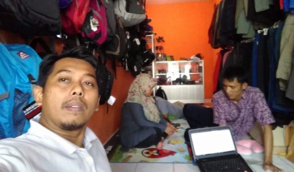 "Kang Arul di ""markas"" Tebing Adventure, tempat kumpulnya para blogger (foto dok Tebing)"