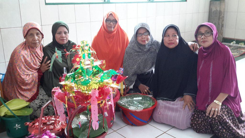 Ibu-ibu majelis taklim berpose di depan ember Maulid berhias telur warna-warni (foto : Nur Terbit)