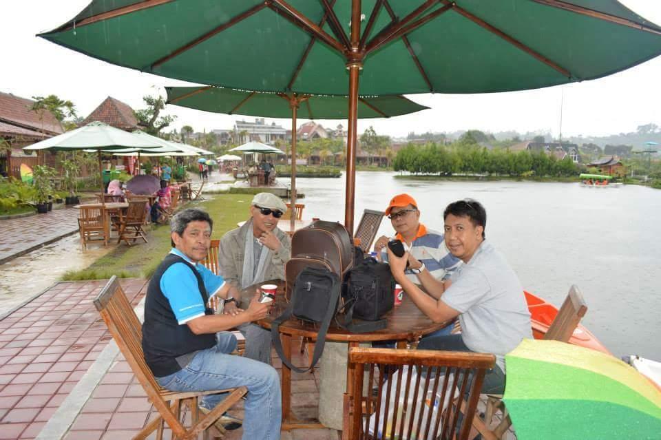 Kenangan saat lagi liputan objek wisata di Liputan wisata di Lembaga, Bandung, bersama teman wartawan Burung Pramunsyi dan Fauzi Zen (foto Ist)