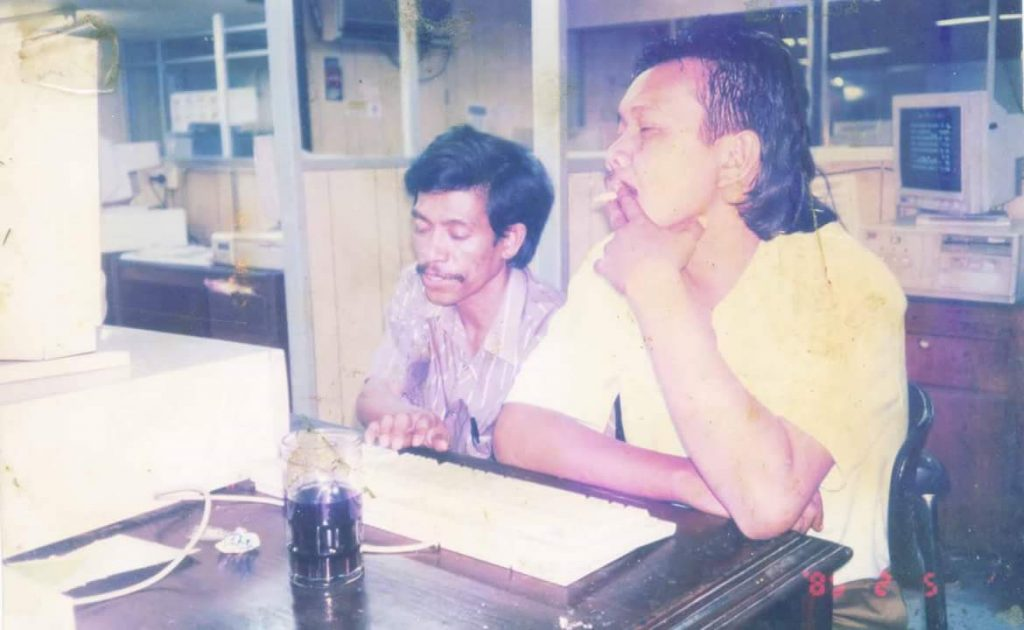 WARTAWAN -- Kenangan saat masih aktif sebagai wartawan/REPORTER lapangan. Foto lagi mengetik berita di kantor redaksi Harian TERBIT Jakarta ditemani (almarhum) teman wartawan Subastian Samsung (foto Ist)
