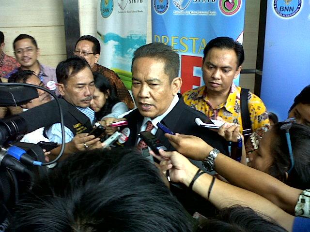 Kepala Badan Narkotika Nasional (BNN), Komisaris Jenderal Polisi Anang Iskandar, SH, diserbu wartawan usai acara pargelaran seni budaya di gedung Smesco UKM Jakarta MH. (Sumber foto : Lita Chan Lai)