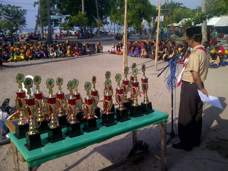 Piala kejuaraan saat kegiatan perkemahan Pramuka di Pulau Tidung, Kabupaten Kepulauan Seribu (foto: Nur Terbit)