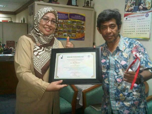 Saya (penulis) menerima piagam, sertifikat dan uang tunai sebagai juara lomba karya tulis Pramuka (foto dok pribadi)