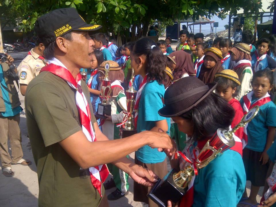 Pembina Pramuka Kabupaten Kepulauan Seribu, Lukman, menyalami anggotanya (foto : Nur Terbit)