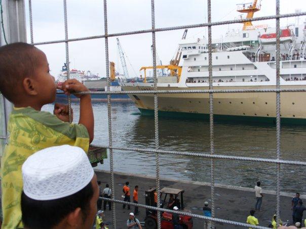 Kapal laut Pelni siap sandar di dermaga pelabuhan Tanjung Priok, Jakarta Utara (foto: Nur Terbit)
