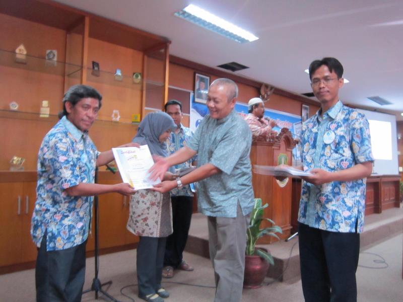 Menerima hadiah lomba menulis sekaligus ngetwit, di acara Ikatan Guru Indonesia (IGI) Kota/Kab Bekasi (foto: dok pribadi)
