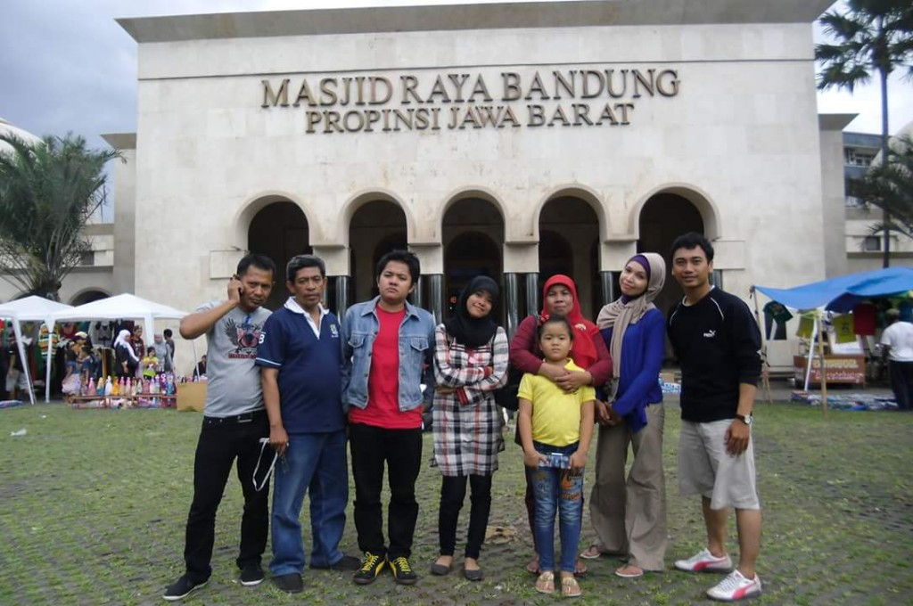Kondisi Masjid Raya Bandung sebelum halamannya dihijaukan seperti lapangan bola (foto dok Nur Terbit)