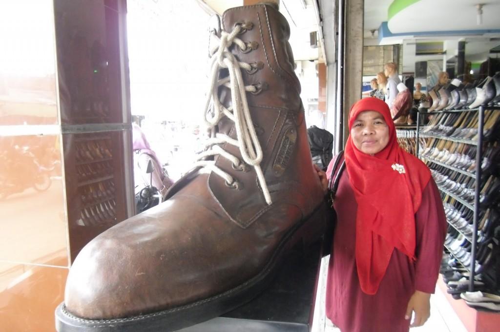 Sepatu raksasa di pusat perbelanjaan Cibaduyut (foto: Nur Terbit)