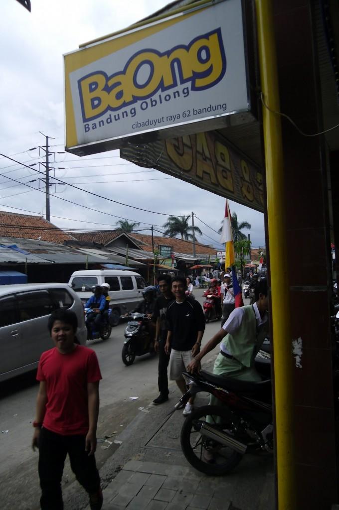 Suasana lalulintas sepanjang toko sepatu Cibaduyut (foto: Nur Terbit)