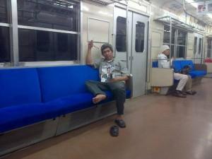 Yang ini di atas kereta Commuterline Jabodetabek saat penumpang sepi (foto dok pribadi)