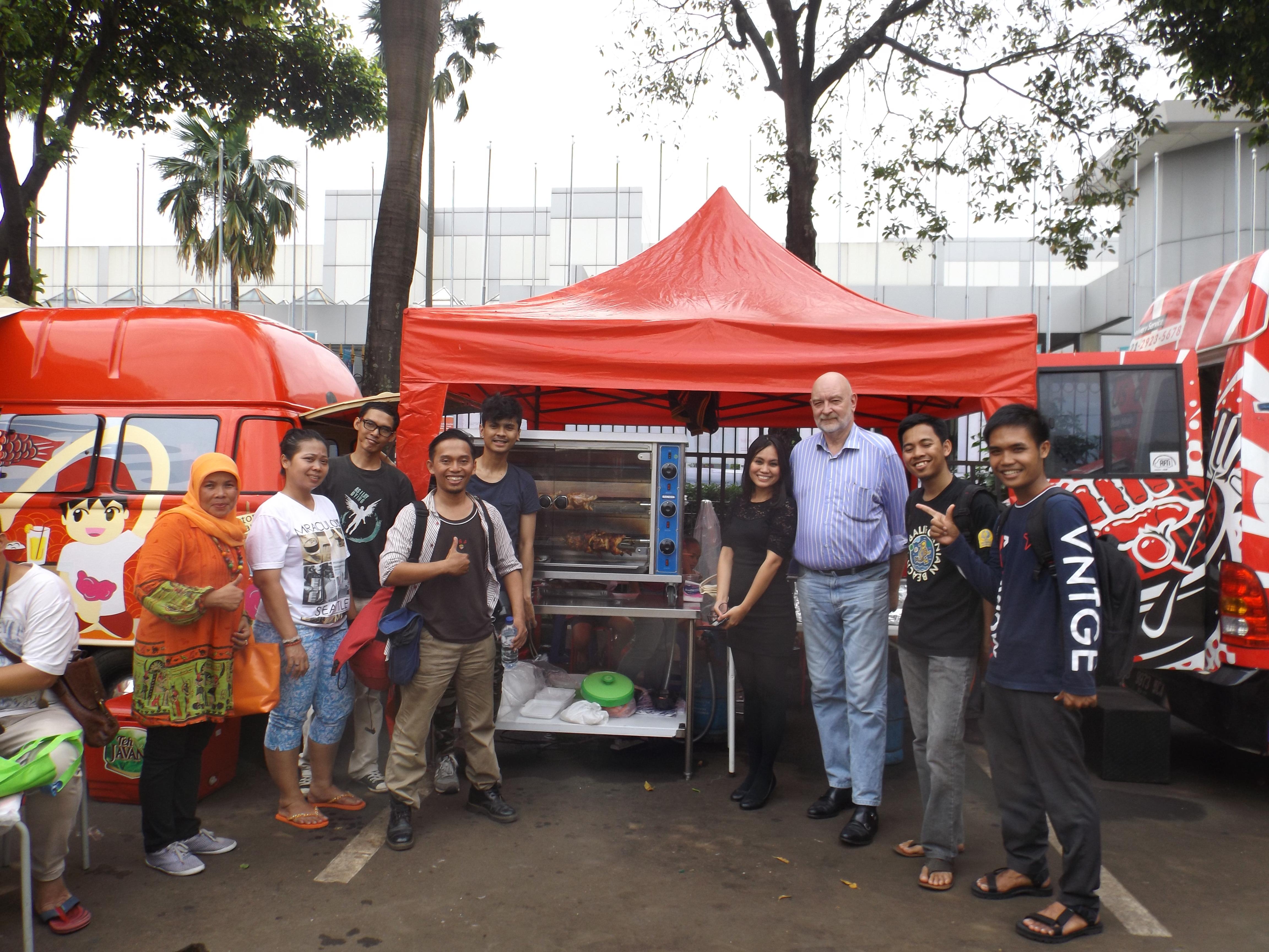 Para blogger penikmat kuliner bergambar bersama Mr Luc Andre dan Mrs Sabrina Yasmin (foto Nur Terbit)