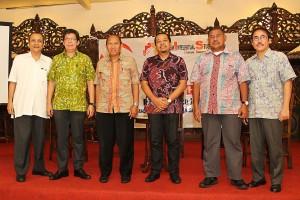 Foto bersama para nara sumber setelah diskusi berakhir (foto: Dian Kelana)
