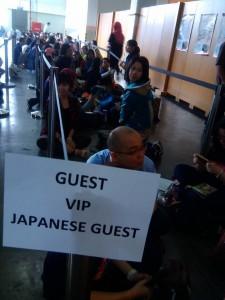Fans grup band remaja Jepang AAA, rela duduk antre menunggu acara konser (foto: Nur Terbit)