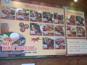 Berbagai jenis bebek goreng yang ditawarkan (foto : Nur Terbit)