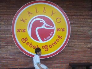 Menunggu orang tua mereka memesan bebek goreng (foto : Nur Terbit)