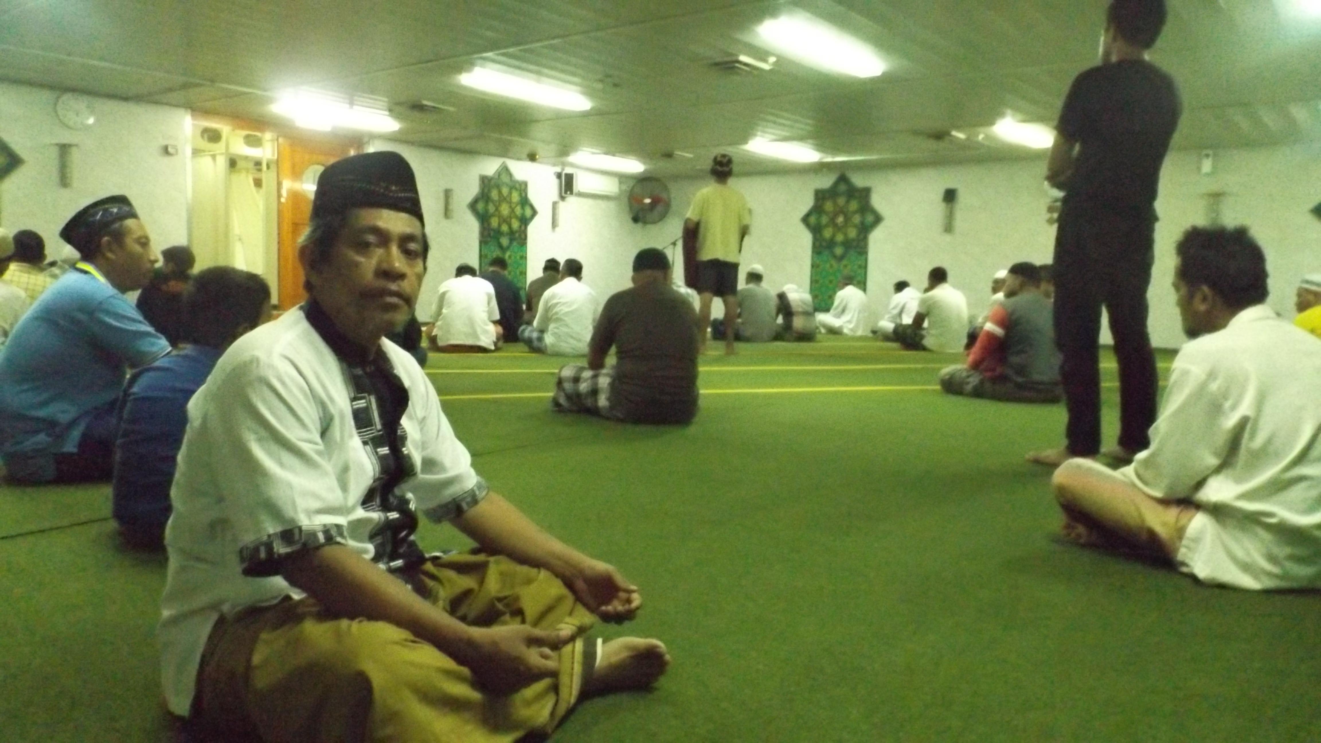 Mejeng sejenak di Nurul Iman, mesjid di atas kapal KM Tidar (foto dok pribadi)