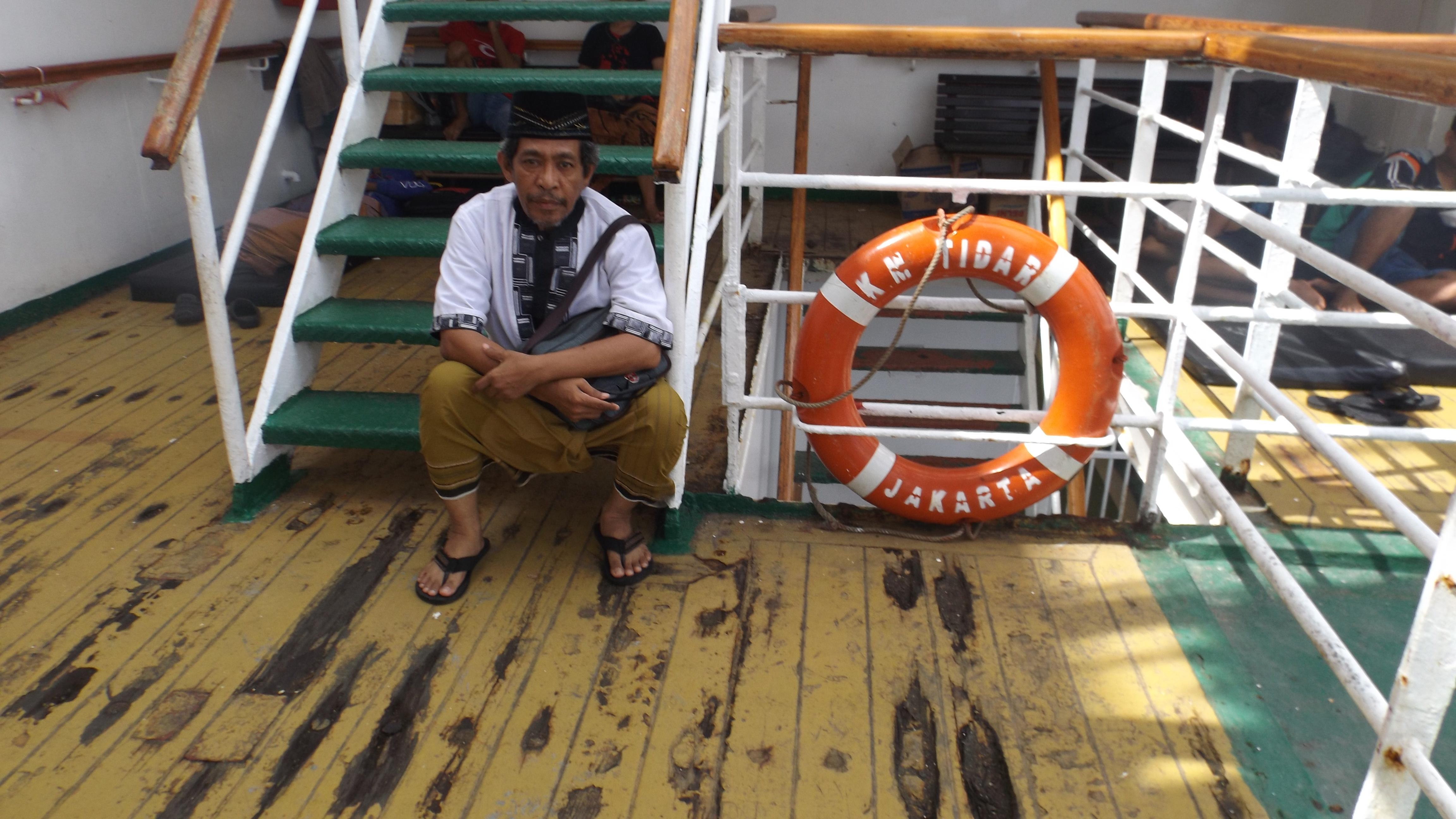 Santai di tangga kapal KM Tidar menuju anjungan usai sholat jamaah (foto dok pribadi)