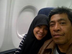Bersama Putri Bungsu dalam penerbangan ke Makassar (foto: dok Nur Terbit)