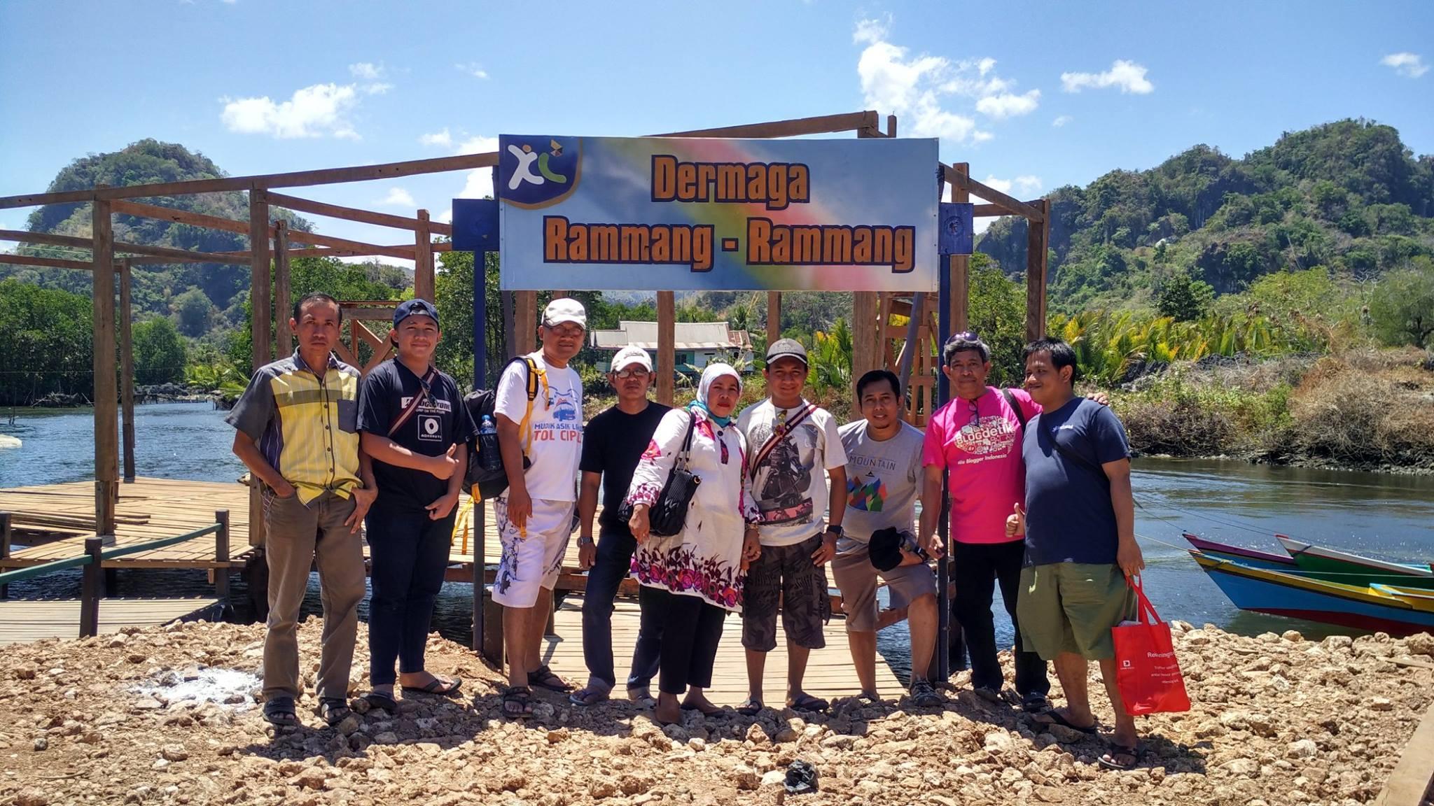 XL menjangkau sampai ke obyek wisata Rammang-rammang, satu dusun di Kabupaten Maros, Sulawesi Selatan yang dibadikan di gerbang masuk obyek wisata yang masih perawan ini (foto: Nur Terbit)