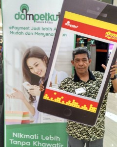 Selfie seolah-olah masuk Instagram di acara launching aplikasi Dompetku di FX Sudirman Senayan Jakarta (foto: Nur Terbit).