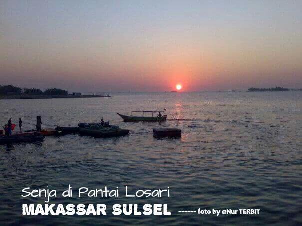 Panorama di senja hari di Pantai Losari Kota Makassar (foto: Nur Terbit)