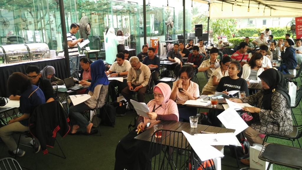 Wartawan dan blogger duduk bersama mendengar penjelasang dari Ignatius Untung, Country General Manager Rumah123.com didampingi anggota timnya Raetedy Refanatha (foto : Nur Terbit)