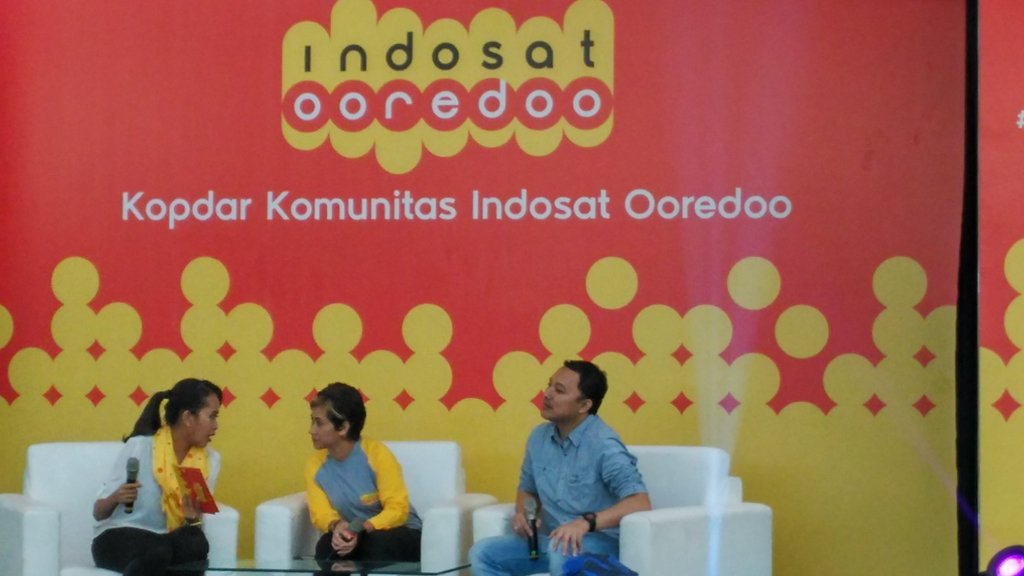 Benny Hutagalung selaku ICity Indosat Ooredoo didampingi Handrini Novi, selaku Branding Indosat Ooredoo saat launching aplikasi Dompetku di FX Sudirman Senayan Jakarta (foto: Nur Terbit).