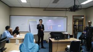 Peserta pelatihan berperan sebagai CEO, memaparkan kinerja perusahaan yang dipimpinnya dalam bahasa Inggeris di hadapan fasilitator (foto : Nur Terbit)