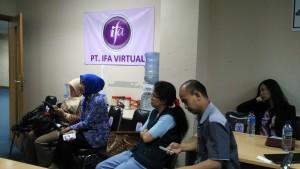 Blogger mengikuti suasana pelatihan, juga ikut serius (foto: Nur Terbit)