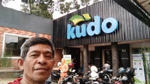 Sebelum keduluan narsis, saya narsis duluan di depan kantor Kudo Indonesia Bandung sebelum pemaparan rahasia sukses menulis blog dan buku serta reportase gaya blogger (foto : Dok Nur Terbit)