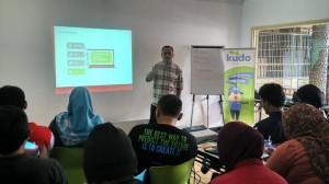Mas Udin (Syaifuddin Sayuti) sedang memaparkan rahasia sukses menulis reportase gaya blogger (foto : Nur Terbit)