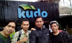 Narsis dulu di depan kantor Kudo Indonesia Bandung sebelum pemaparan rahasia sukses menulis blog dan buku serta reportase gaya blogger (foto : Nur Terbit)
