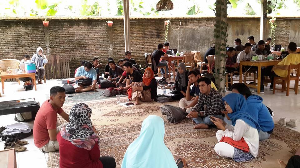 Suasana kopi darat dengan Komunitas Blogger AngingMammiri Kota Makassar (foto: Nur Terbit)