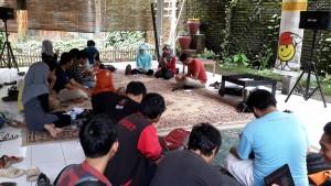 Kopi darat anggota komunitas Makassar (foto: Nur Terbit)