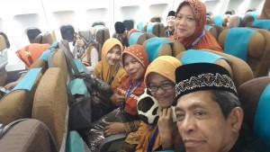 Bersama sebagian anggota keluarga yang berangkat umrah, berpose saat di atas pesawat Garuda jelang take off di Bandara Sultan Hasanuddin, Makassar (dok Nur Terbit)