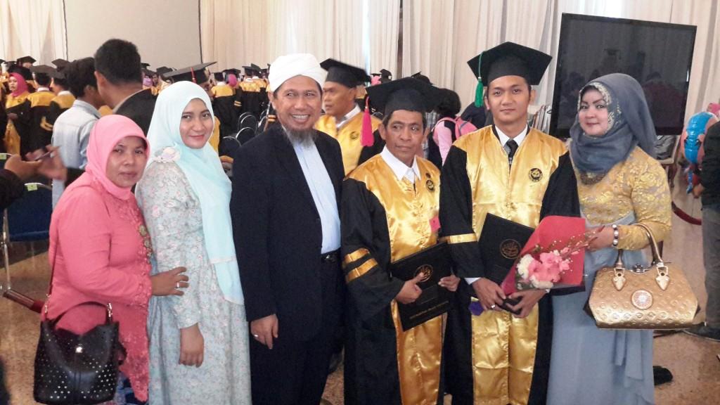 Bersama istri dan anggota keluarga berpose saat selesai wisuda S2 Hukum di gedung Balai Sudirman Jakarta sebelum take off di Bandara Halim Perdana Kusuma untuk terbang ke bandara Sultan Hasanuddin, Makassar (dok Nur Terbit)