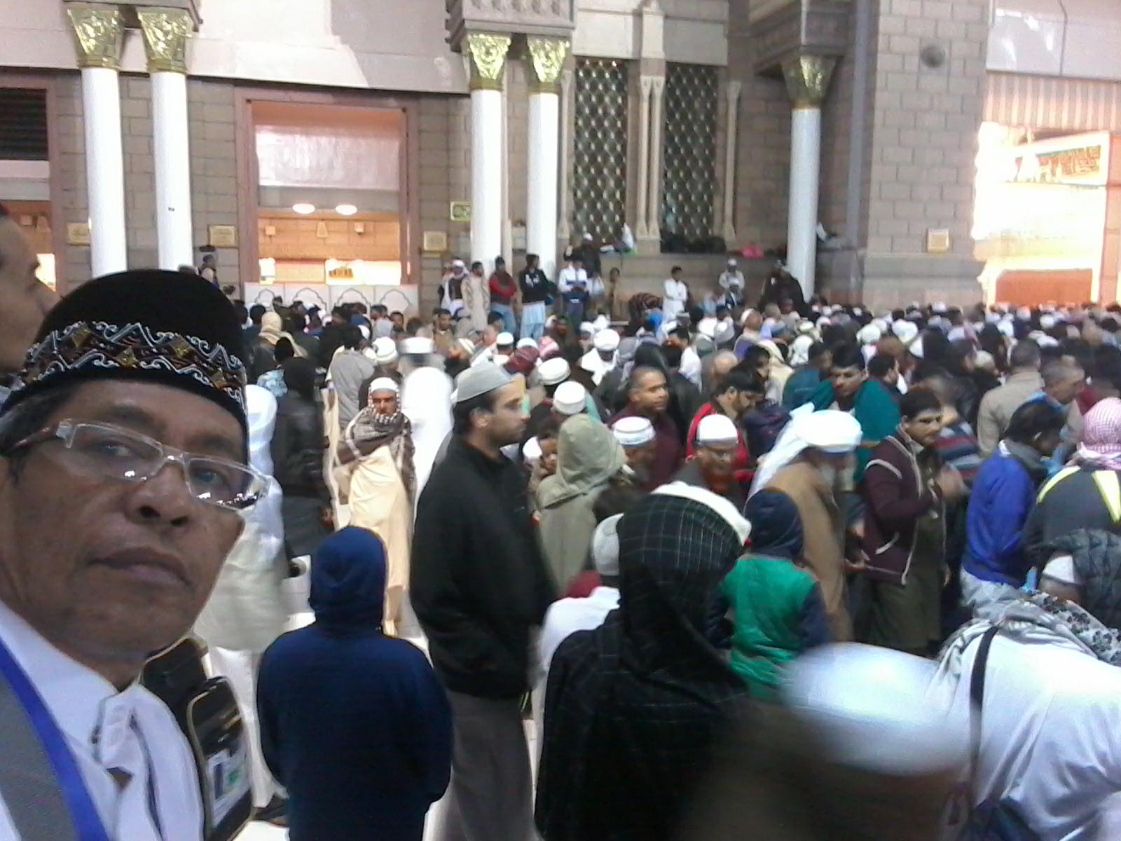 Arus jamaah mengalir bagai air bah menuju pintu masuk makam Rasulullah di Mesjid Nabawi, Madinah (foto dok Nur Terbit)