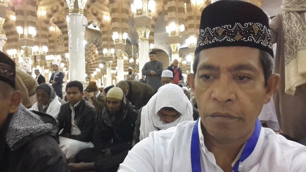 Suasana jamaah menunggu waktu sholat di Masjid Nabawi, Madinah saat umrah akhir tahun 2015-2016 bersama keluarga besar (foto dok pribadi Nur Terbit)