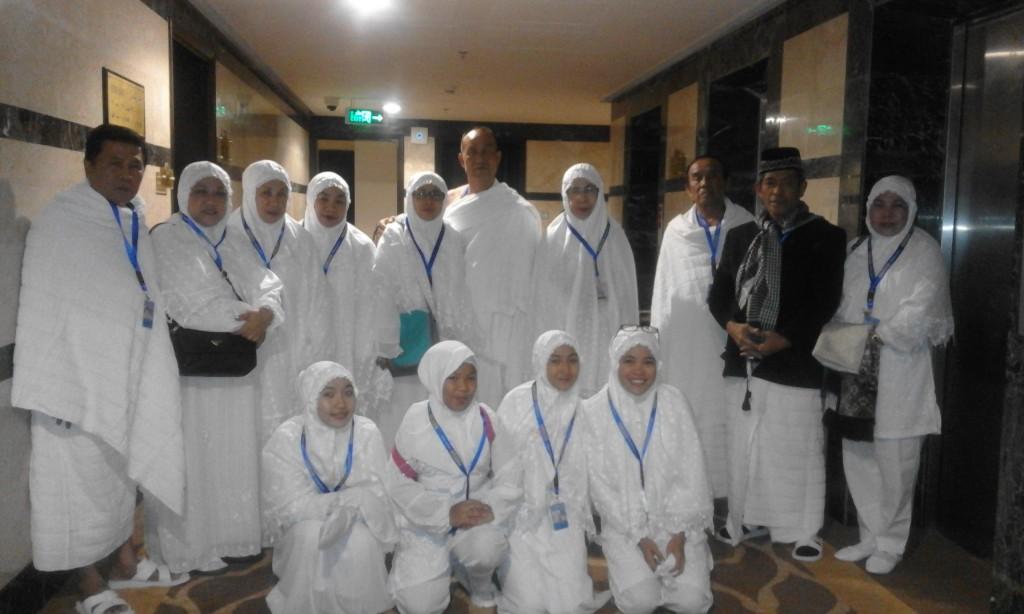 Sebagian dari keluarga besar saya yang ikut dalam rombongan jamaah akhir tahun 2015-2016 saat berada di hotel, sebelum berangkat menuju Mesjid Nabawi, Madinah (foto dok Nur Terbit)