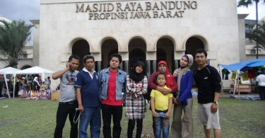 Halaman Masjid Raya Bandung sebelum dipercantik dengan lapangan hijau (foto dok Nur Terbit)