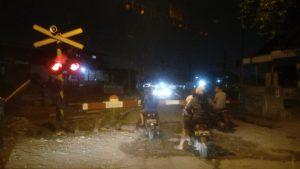 Salah satu perlintasan kereta api di Pasar Baru, Kota Bekasi, malam hari (foto Nur Terbit)