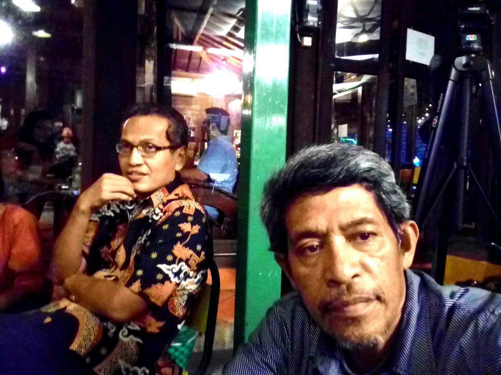 """Ketemu """"sahabat lama"""" Mas Ulil yang juga hadir dan duduk di belakang saya (foto Nur Terbit)"""