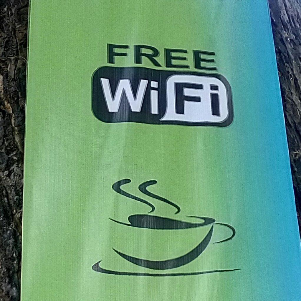 FREE WIFI -- Salah satu lokasi incaran pengguna setia media sosial jika kehabisan paket data internet, pastilah yang ada lokasi FREE WIFI (foto : Nur Terbit)