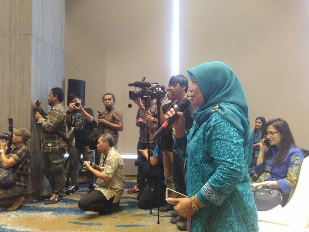 Bunda Sitti Rabiah, guru yang blogger dari Kota Bekasi (foto : Syaifuddin Sayuti)