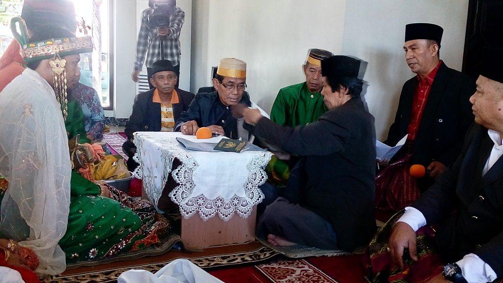 UANG PANAI biasanya diserahkan sebelum calon penganten pria melaksanakan ijab kabul atau akad nikah (foto : Nur Terbit)