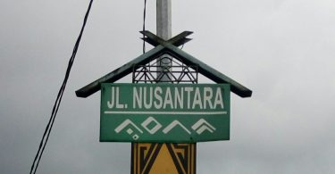 Jl NUSANTARA MAKASSAR dengan tambahan tulisan aksara Lontara Makassar yang juga berarti NUSANTARA, juga dibentuk seperti rumah adat Makassar (foto Nur Terbit)