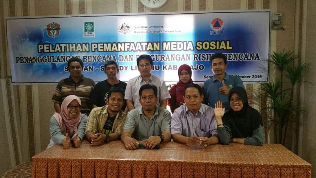 Bersama sebagian dari peserta pelatihan media sosial di Kota Sengkang, Kabupaten Wajo, Sulawesi Selatan (foto dok Nur Terbit)