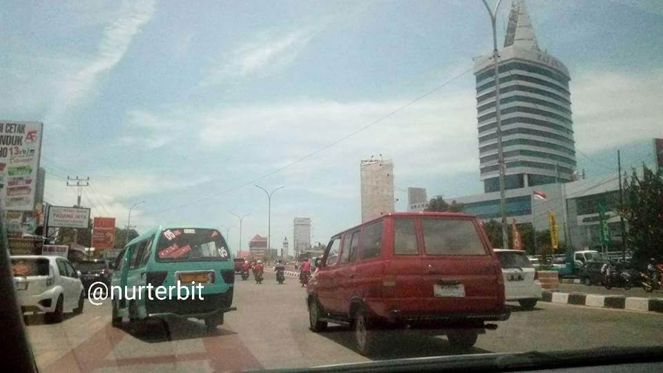 Jalan Perintis Kemerdekaan kami lewati saat napak tilas Makassar-Gowa (foto : Nur Terbit)